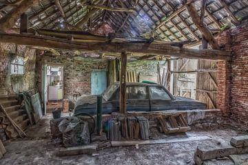Altes Bmw in verlassener scheune von Robert Van den Bragt