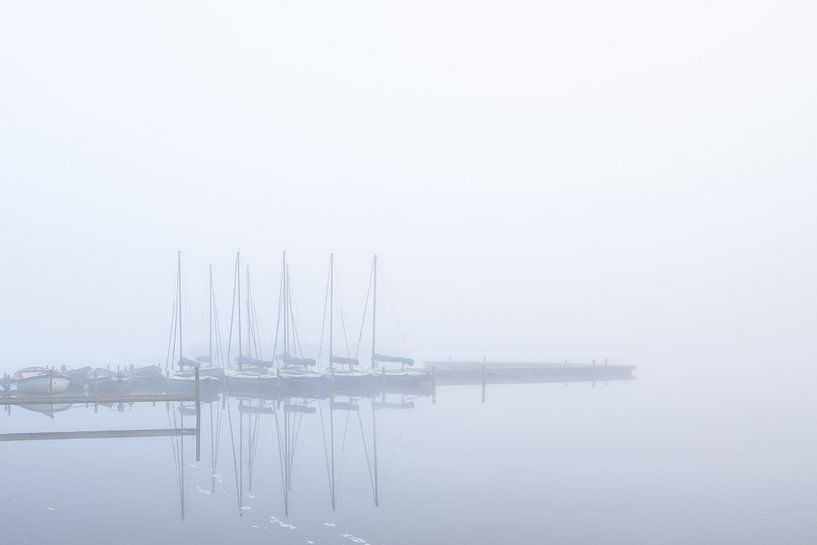 Bootjes in de mist Leekstermeer van Erika van der Veen