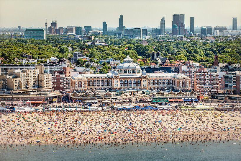 Photo aérienne de Scheveningen, de la plage et du Kurhaus sur Frans Lemmens