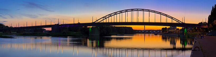 Panorama John Frostbrug juste après le coucher du soleil à Arnhem sur Anton de Zeeuw