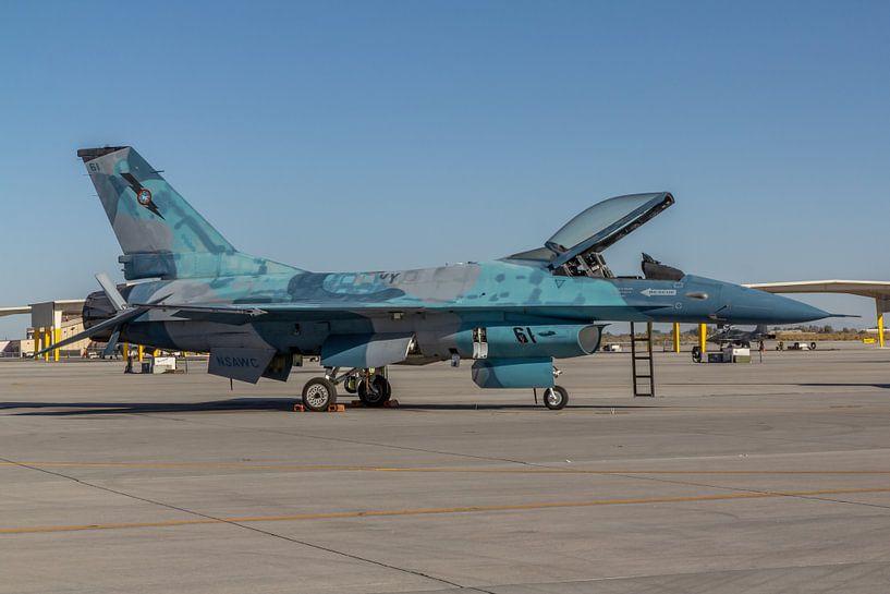 NSAWC Agressor Squad op Naval Air Station Fallon vliegt met de F-16 A/B Fighting Falcon in een aanta van Jaap van den Berg