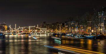 Lean Brug Amsterdam bij nacht van Sabine Wagner