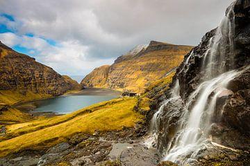 Wasserfall über der Bucht von Saksun von Denis Feiner