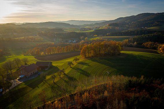 Verträumte Landschaft mit Abendsonne in Bayern