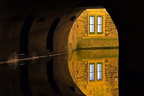 Doorkijkje in een grachtentunnel te Utrecht van Anton de Zeeuw