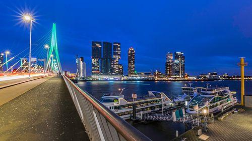 Avondfoto op de Erasmusbrug in Rotterdam van Kimberly Lans