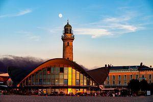 Badplaats Warnemünde de maan neemt afscheid van de zon
