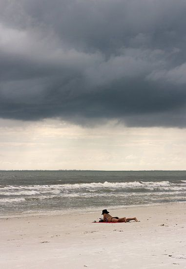 Boek op het strand van Kim Verhoef