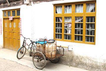 Retro fietskar in oud Chinees dorp van