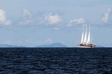 Driemaster op zee van