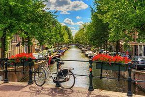 Fiets op de brug in zomers Amsterdam