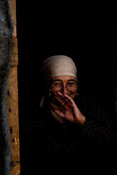 Vrouw lacht in vluchtelingenkamp | Portret fotografie art print van Milene van Arendonk