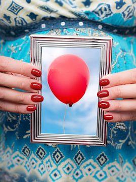 Zwanger, foto rode ballon in zilveren fotolijst van Peter Hermus
