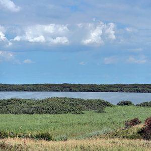 Duinen, meer en bewolkte blauwe lucht, Zwanenwater Callantsoog