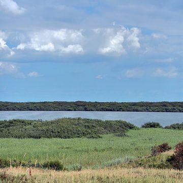 Duinen, meer en bewolkte blauwe lucht, Zwanenwater Callantsoog van Ronald Smits
