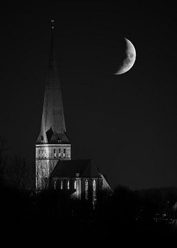 Kirche mit Mond in Schwarzweiß von Patrick Schwarzbach