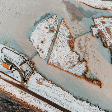 Nederlands polder eiland bedekt met sneeuw omringt door ijs van Mike Helsloot