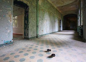 Des chaussures de femmes dans le couloir d'un bâtiment abandonné. sur Frank Herrmann