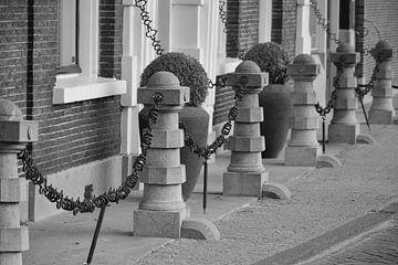 Rij paaltjes in de oude binnenstad van Schiedam van