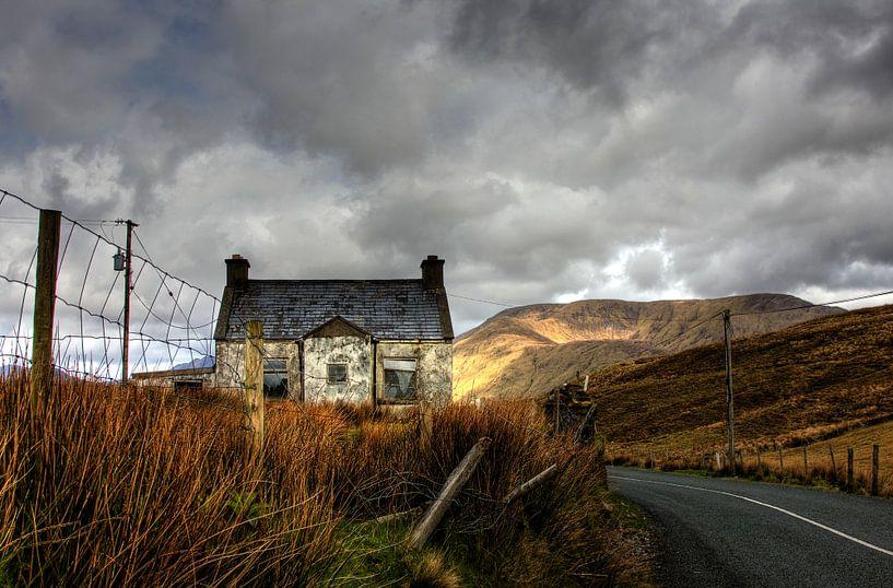 Vervallen huisje in Connemara Ierland van Joke Beers-Blom