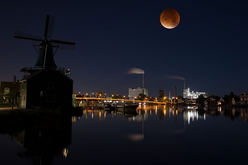 Blood moon over the river Zaan in Holland von Roelof Foppen