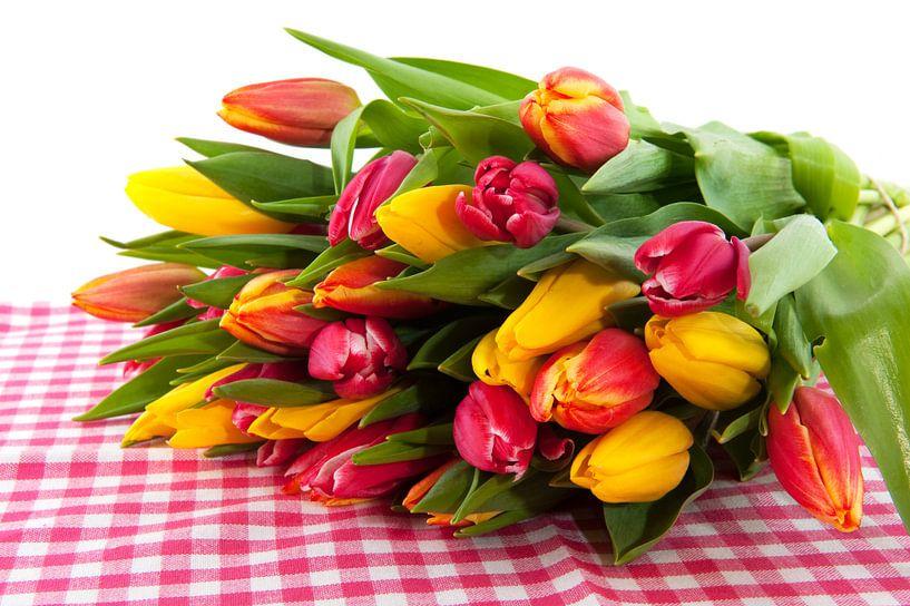 Boeket tulpen op geruite ondergrond van Ivonne Wierink