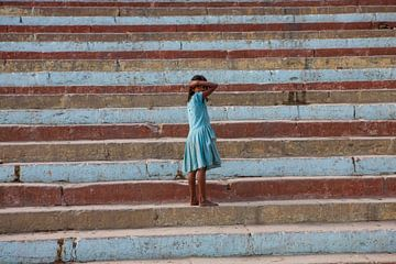 Indiaas meisje poseert op trappen van Varanasi in India. Wout Kok One2expose sur Wout Kok