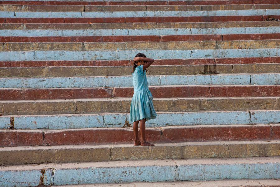 Indiaas meisje poseert op trappen van Varanasi in India. Wout Kok One2expose