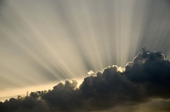 Achter de wolken schijnt de zon