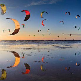 kitesurfers kort voor zonsondergang op de Zandmotor vlakbij Den Haag van gaps photography