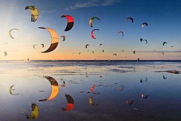 kitesurfers kort voor zonsondergang op de Zandmotor vlakbij Den Haag