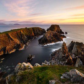 ruige rotsachtige kust in het zachte avondlicht van Daniela Beyer