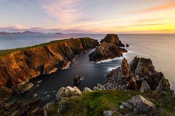 schroffe Felsenküste im weichen Abendlicht von Daniela Beyer