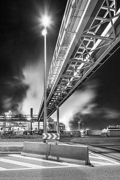 Pipeline Brücke Straße in der Nähe Raffinerie in der Nacht, Antwerpen von Tony Vingerhoets
