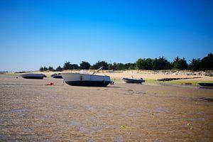 Boten op het strand bij laagwater van Youri Mahieu
