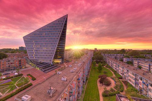 Stadskantoor Gemeente Den Haag tijdens zonsondergang van