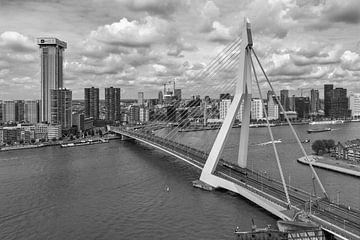 Erasmusbrug Rotterdam (zwart-wit/ zilver) van Rick Van der Poorten