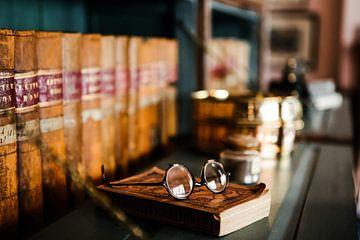Vieux verres et livres. sur Marleen Kuijpers