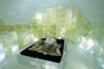 Slaapkamer met de hand uit ijs uitgesneden in het IceHotel 365 in Jukkasjärvi, Lapland in Zweden