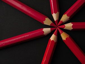 Crayons rouge noir sur Evelien Brouwer