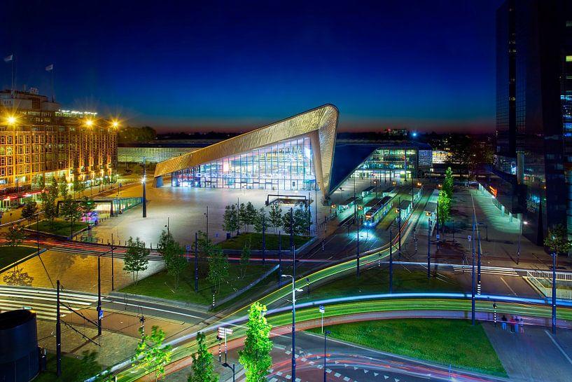 Rotterdam Centraal nachtfoto met lichtstrepen van Anton de Zeeuw