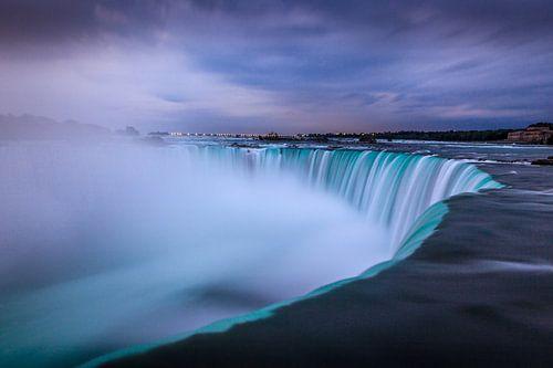 Niagara watervallen gedurende zonsopkomst vanuit Canada