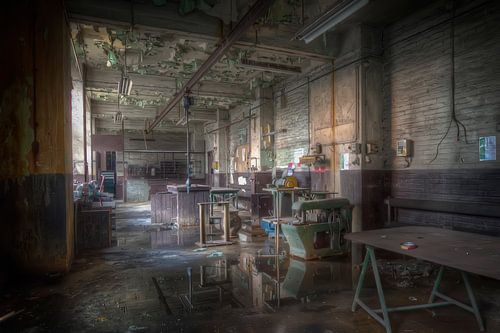 Werkplaats in een verlaten hoogoven (Urbex) van Eus Driessen
