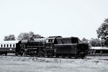 Dampfzug, der Waggons durch die Landschaft zieht, in schwarz-weiß von Sjoerd van der Wal