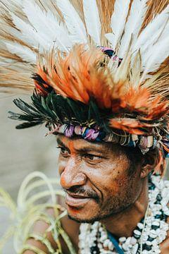 Portret van man in Papoea Nieuw Guinea van Milene van Arendonk