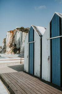 Strandhütten an den Kreidefelsen der Normandie | Etretat / Yport, Frankreich von Trix Leeflang