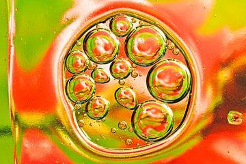 Öltropfen auf Wasser von Nisangha Masselink