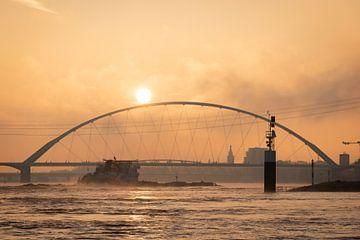 Mistige zonsopkomst Nijmegen van Femke Straten