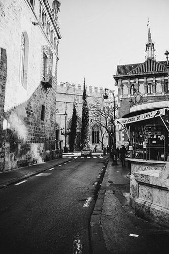 Een stil straatje in de oude stad van Valencia, Spanje