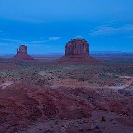 Blauwe uurtje bij Monument Valley van Monique Pouwels